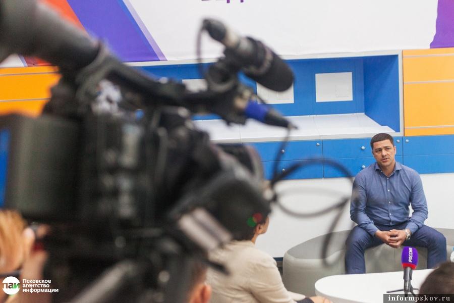 Глава Псковской области никогда не прячется от журналистов. Жаль только, времени на встречи с представителями СМИ не так много.
