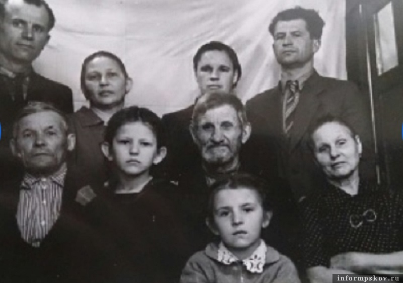 Фото из семейного альбома заявительницы. На снимке семья Ивановых-Малышевых.