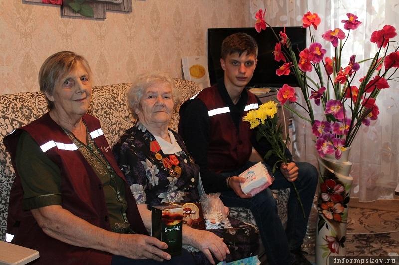 Волонтёры псковского Красного Креста навещают пожилых псковичей - детей войны