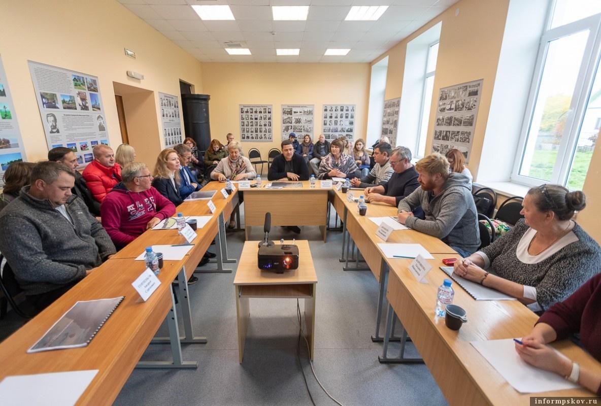 На встрече с жителями Талабов губернатор рассказал им об особой роли островов в программе развития региона. Фото пресс-службы администрации Псковской области.