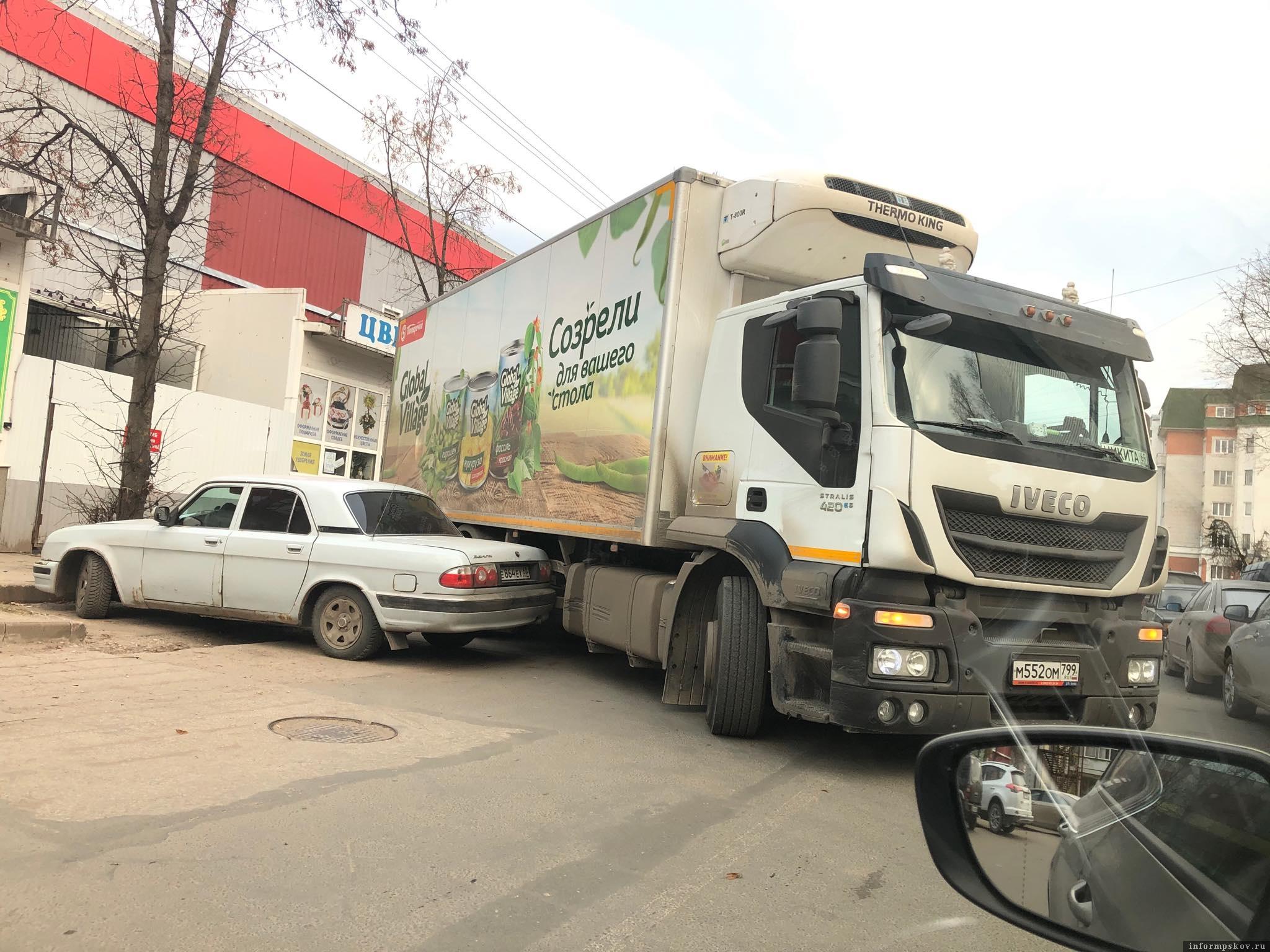 На улице Конной в Пскове 25 ноября произошло ДТП. Фото: Псковское агентство информации.