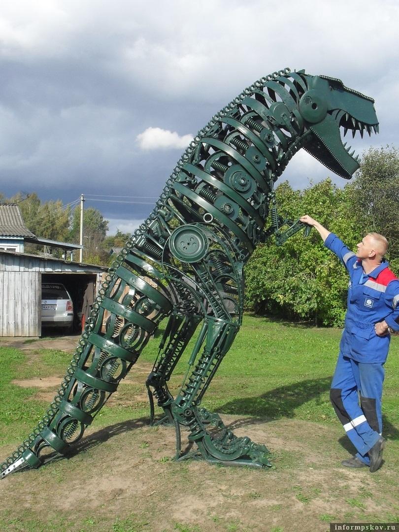 Изготовленный Романом Кирилловым динозавр