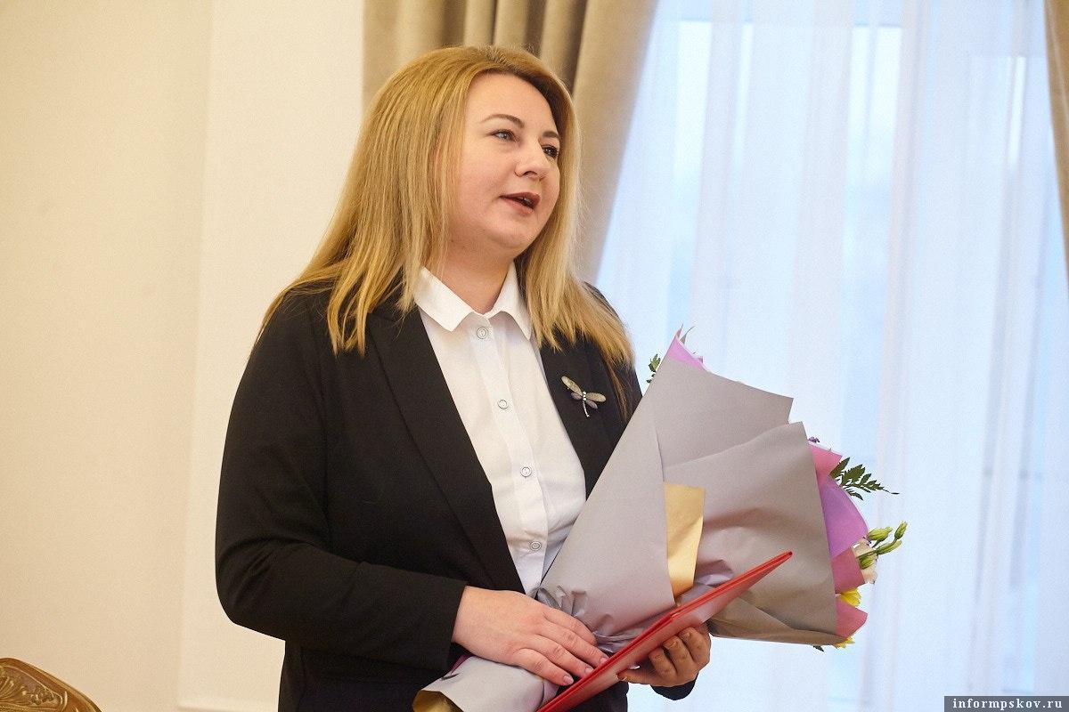 От имени городских властей семью поздравила Елена Полонская. Фото: Дарья Хваткова.