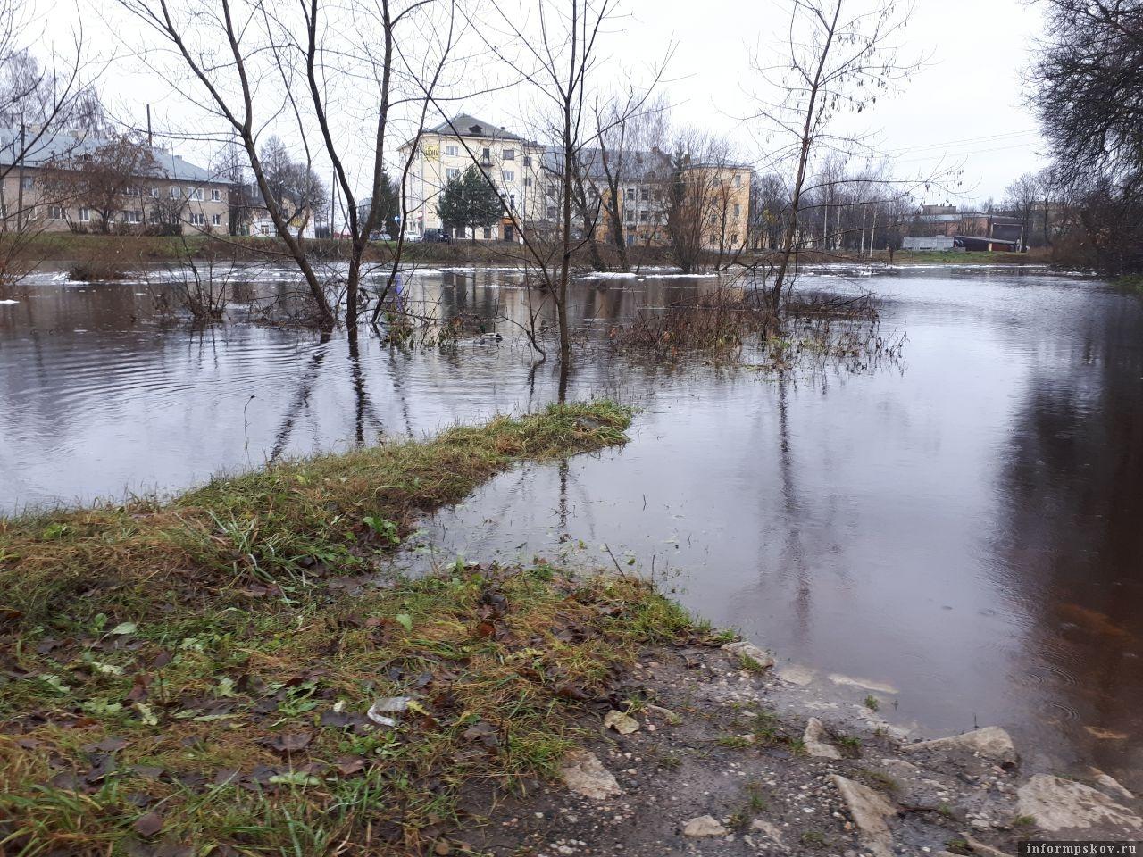 Последствия подтопления улиц в Порхове.