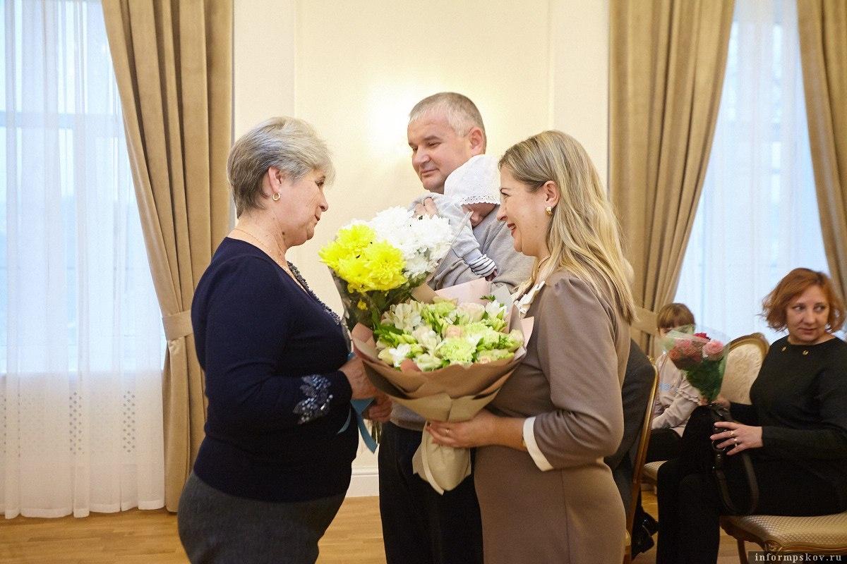 Цветы и подарки вручили родителям 2000-го маленького псковича. Фото: Дарья Хваткова.