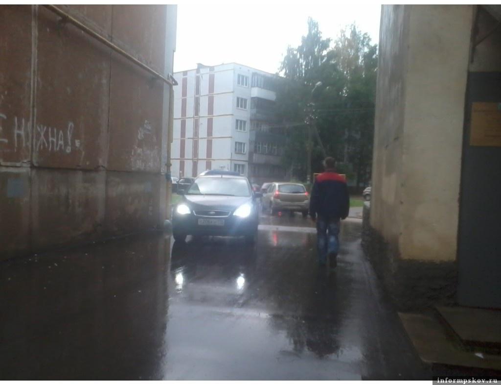 Жители многоэтажного дома по улице Инженерной в Пскове просят губернатора помочь им избежать возможных последствий, если транспорт заденет газовую трубу на фасаде здания. Фото авторов обращения к главе региона.