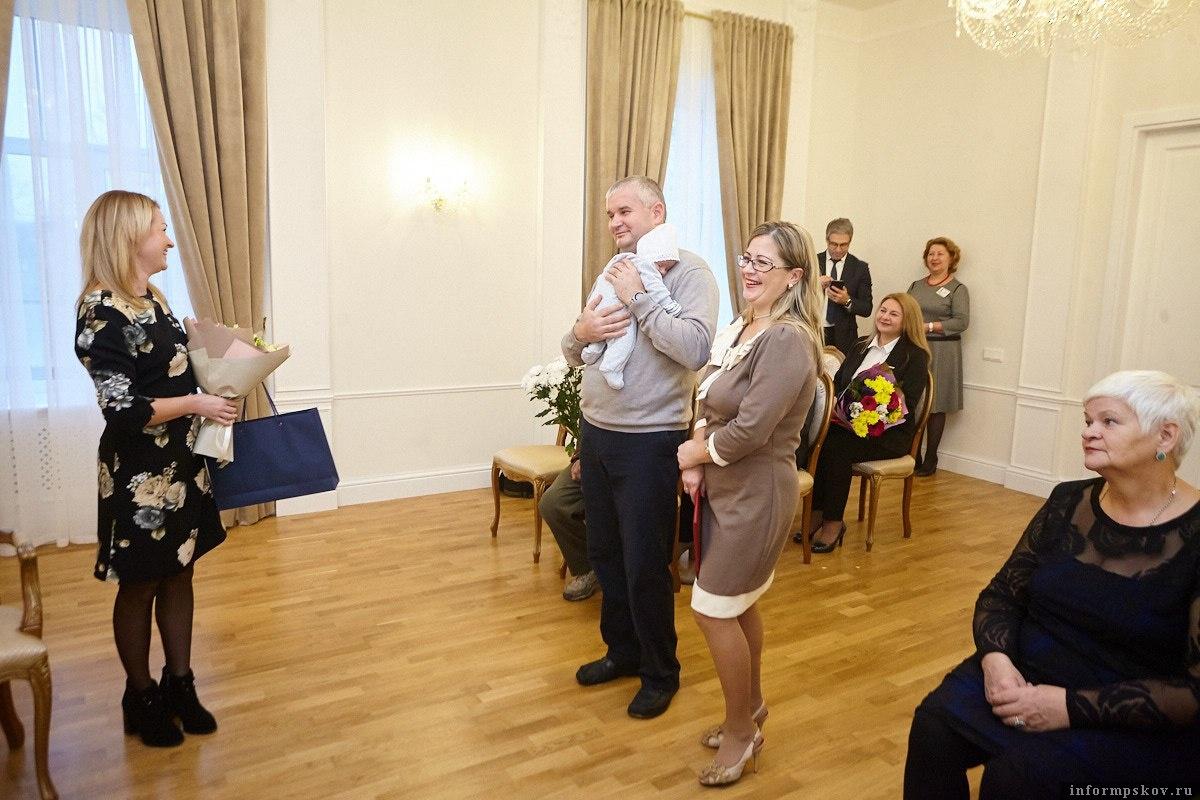 От имени губернатора семью поздравила председатель комитета по соцзащите Ольга Евстигнеева. Фото: Дарья Хваткова.