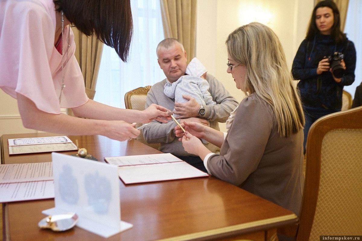 Запись о регистрации 2000-го малыша сделали в присутствии мамы и папы. Фото: Дарья Хваткова.