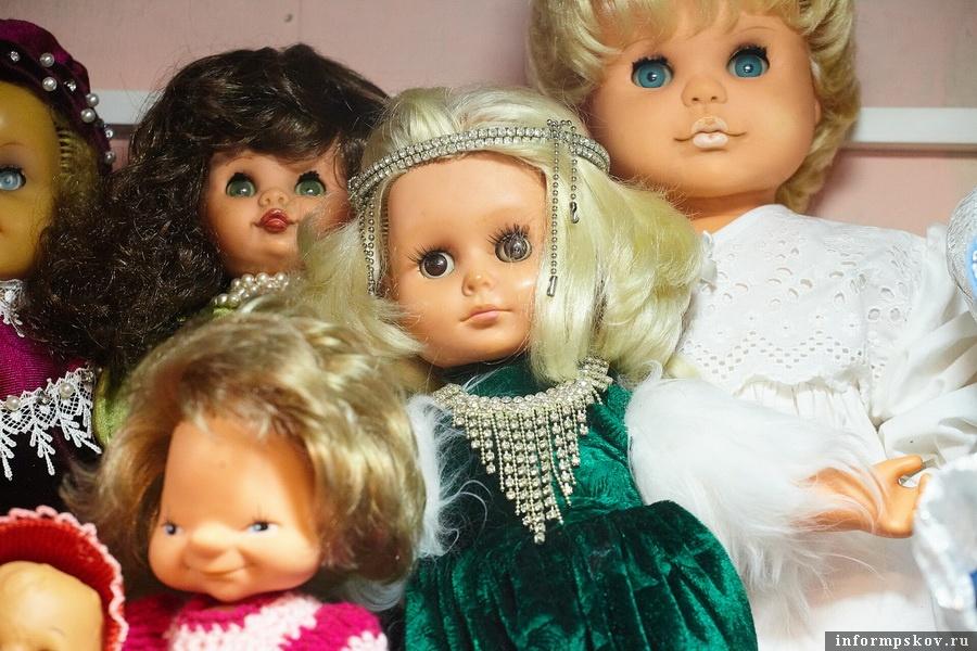"""Кукла бабушки Лиды"" (по центру в зелёном платье)"
