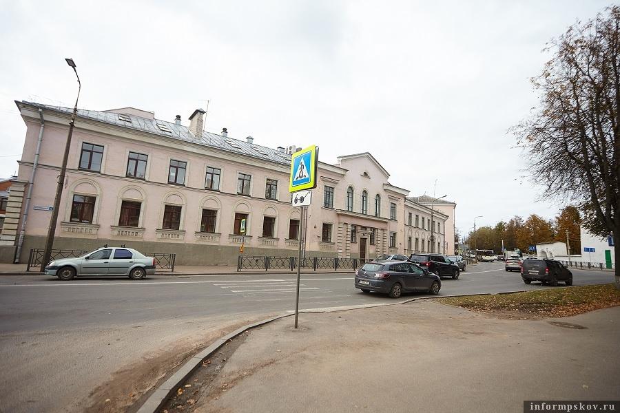 В Пскове с декабря 2019 года по конце апреля 2020 года закрывают участок улицы Леона Поземского на пересечении с улицей Труда. Фото: Дарья Хваткова.