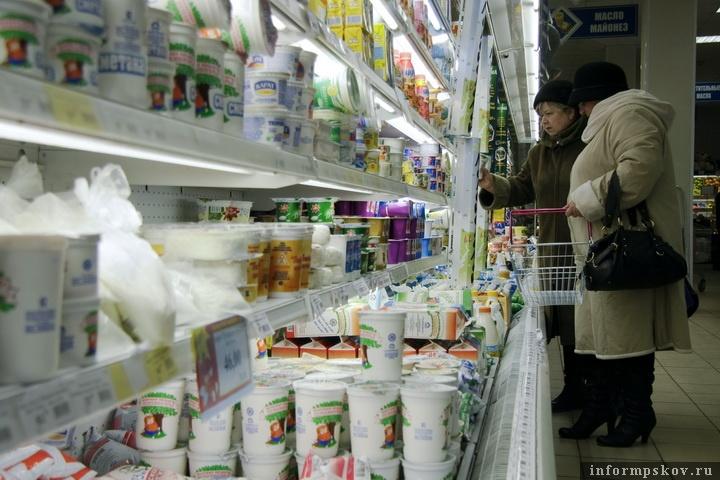 Молоко и сыры стали доступнее для покупателей в псковских магазинах. Фото: Андрей Степанов.