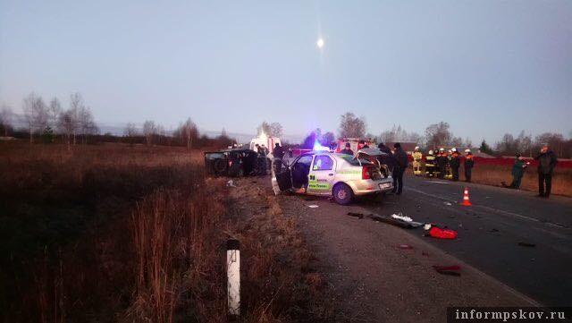 В аварии в Псковском районе погибли двое мужчин и женщина - водители и пассажирка.