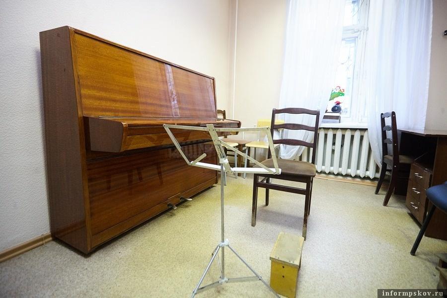 Вот в таких условиях проходили занятия в музыкальной школе - старенькая мебель, инструменты, за которыми занималось не одно поколение учащихся. Фото Дарьи Хватковой.