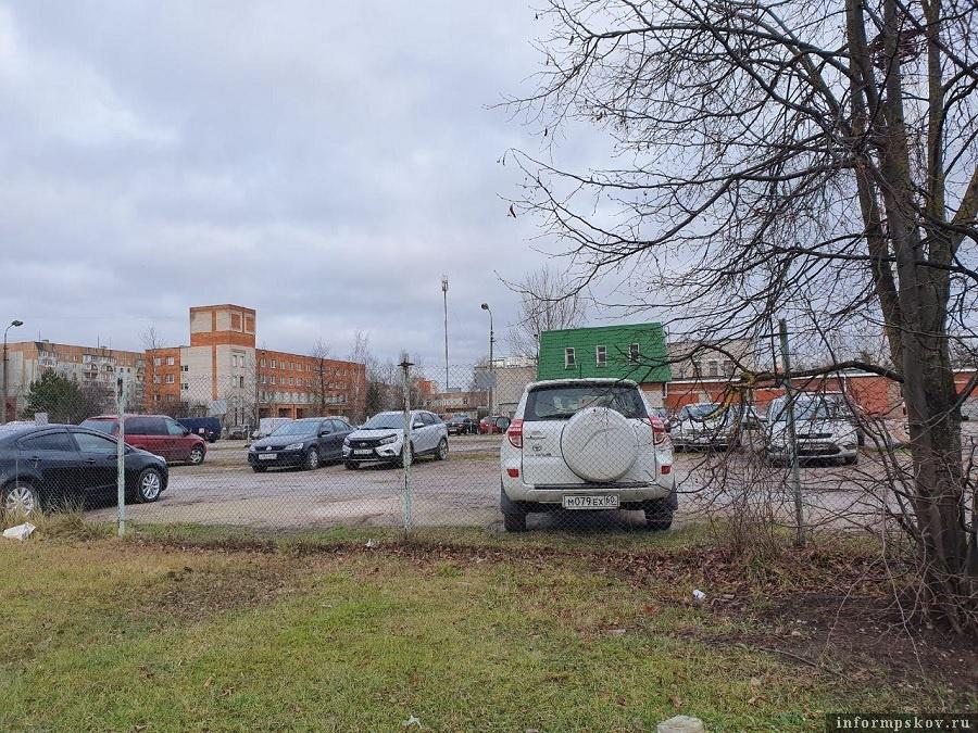 Несмотря на решение суда о ликвидации стоянки ее владелец продолжает взимать арендную плату с автовладельцев. Фото: Наталья Оглоблина.