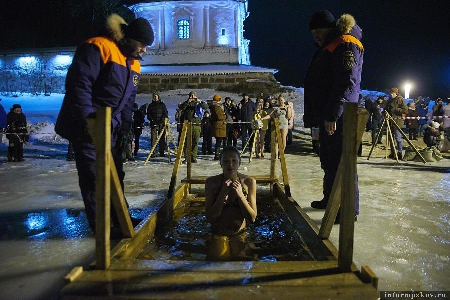 Традиционно у купели дежурят спасатели. Желающих искупаться в Крещенье - множество. Фото: Дарья Хваткова.