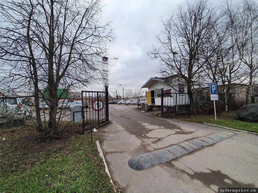 Платная парковка незаконно разместилась на областной земле. Фото: Наталья Оглоблина.