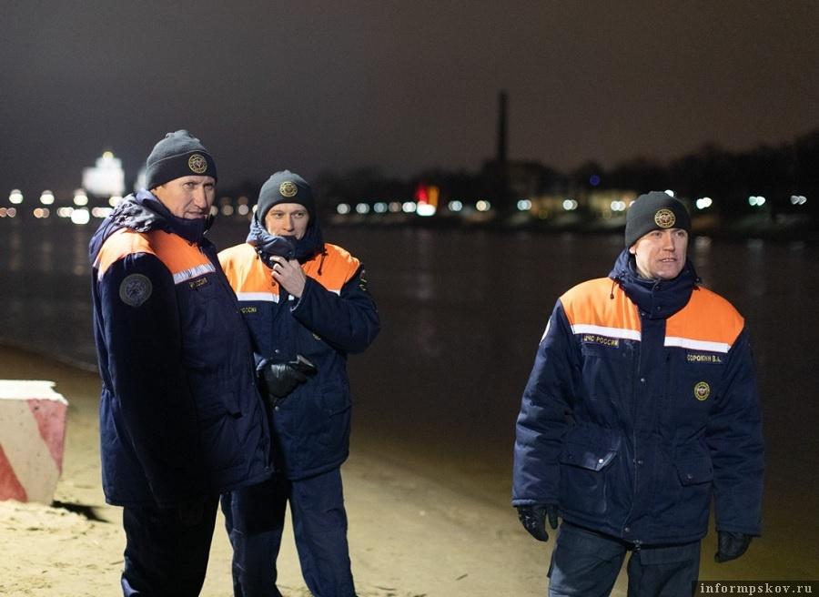 В 2020 году зима оказалась затянувшейся осенью. Бесснежная, теплая. На реке Великой лед так и не встал.
