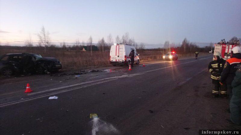 В результате аварии в Псковском районе погибли 3 человека, двое пострадали.