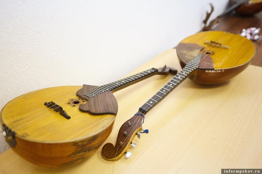 Инструментами в музыкальной школе дорожат. Несмотря на свой почтенный возраст они все еще используются на занятиях. Фото Дарьи Хватковой.