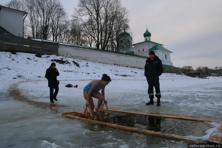 Казалось, что это самый теплый год. В Крещение снега было мало, на улицах города - скользко от перепадов ночных и дневных температур. Фото: Михаил Глущенко.