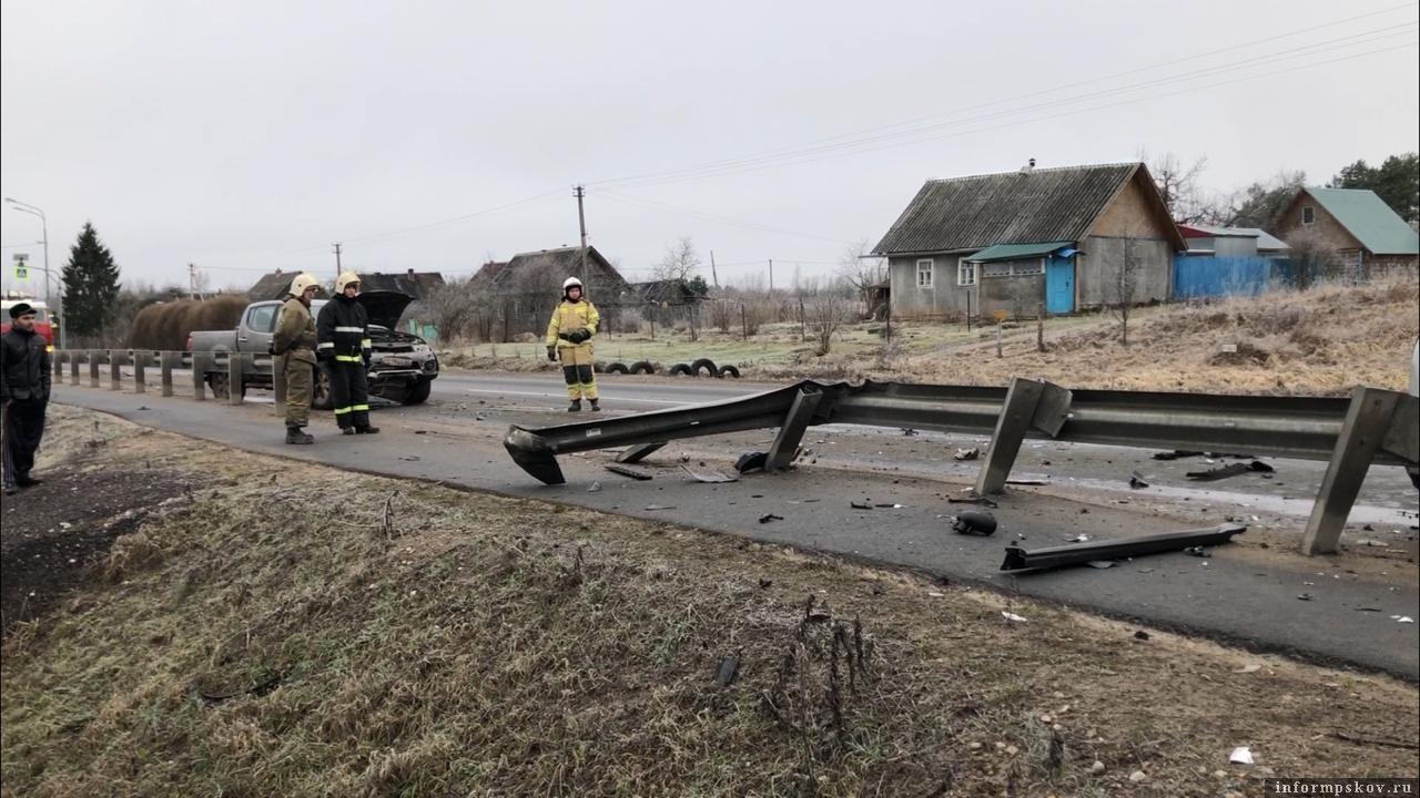 Под Псковом легковая автомашина врезалась в колонну притормозивших автомашин. Фото: ПАИ.