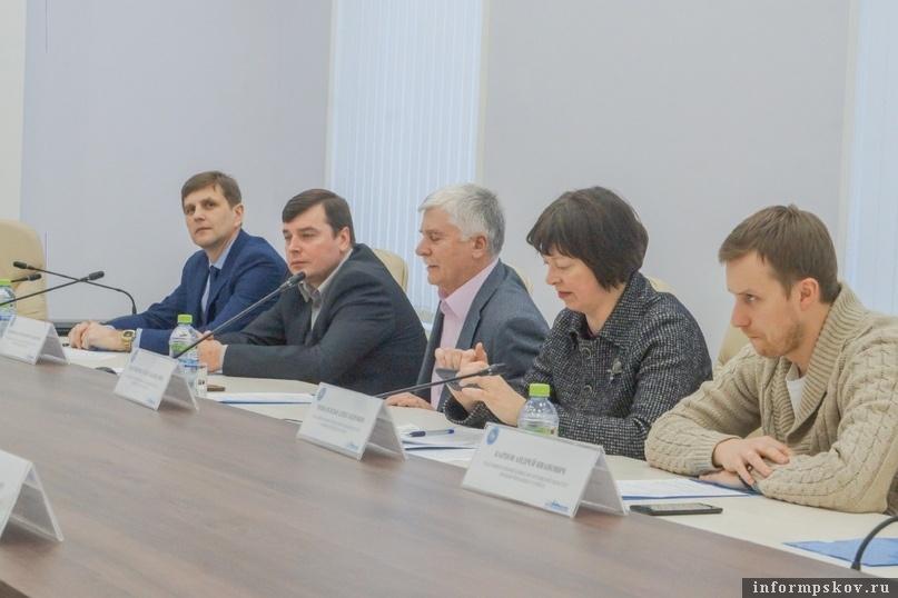 Сергей Кулаков - слева. Фото Избирательной комиссии Псковской области