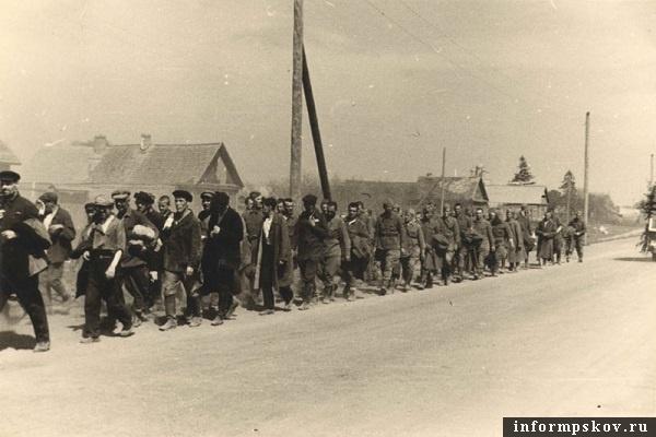 Колонна военнопленных и гражданских на Запсковье. Июль 1941 года. Фото из коллекции Вячеслава Волхонского.