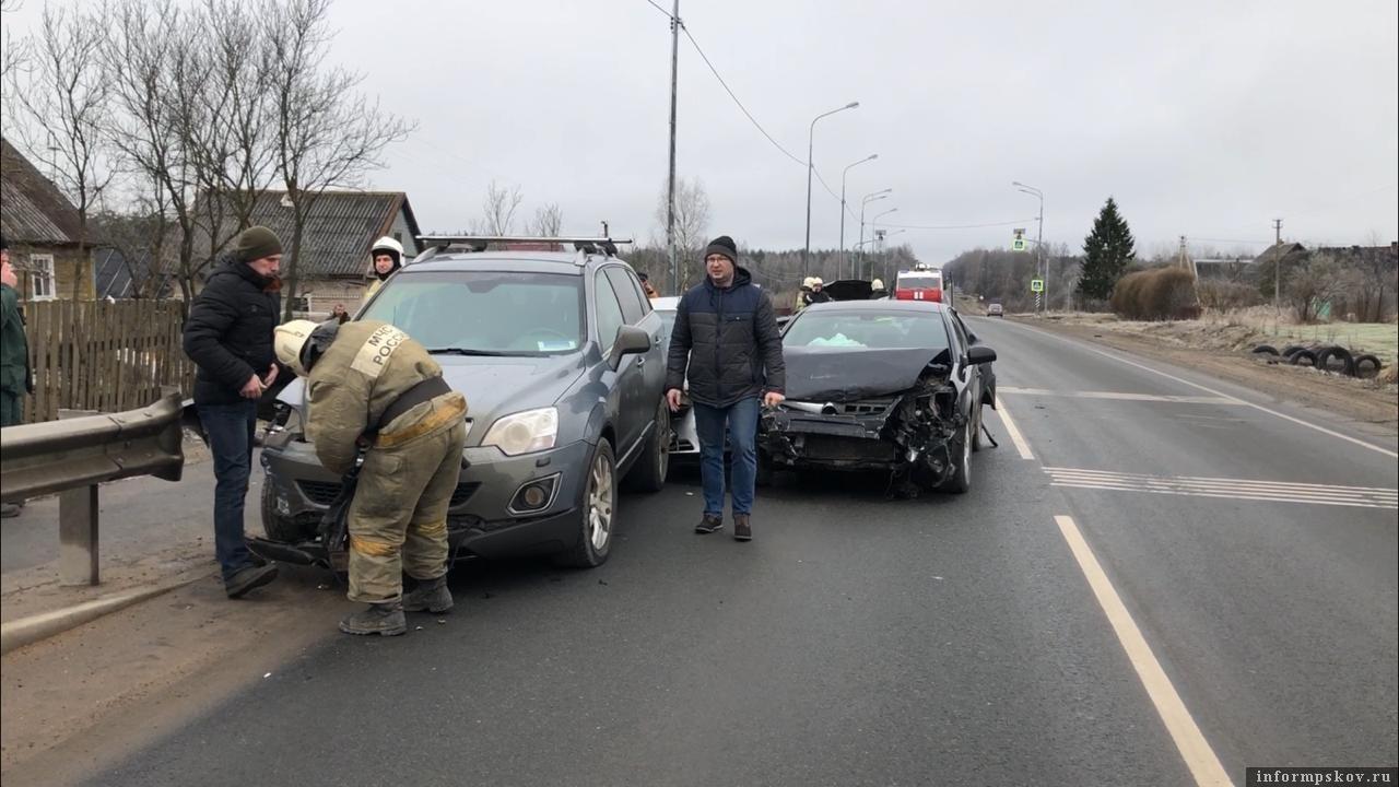 Пять человек пострадали в ДТП на Ленинградском шоссе под Псковом. Фото: ПАИ.