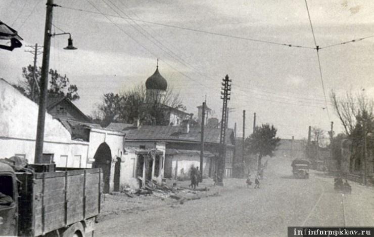Движение немецкой колонны на улице Леона Поземского. Слева церковь Варлаама Хутынского на Званице. Фото из коллекции Михаила Туха