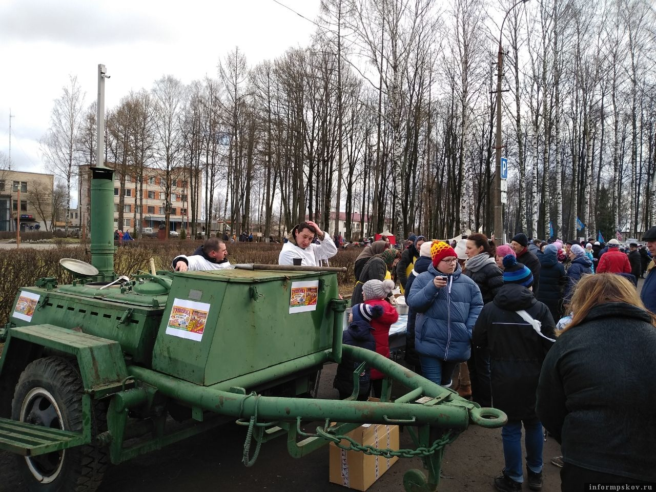 Горячей кашей из солдатской кухни угощают гостей. Фото: Леонид Шепталин.