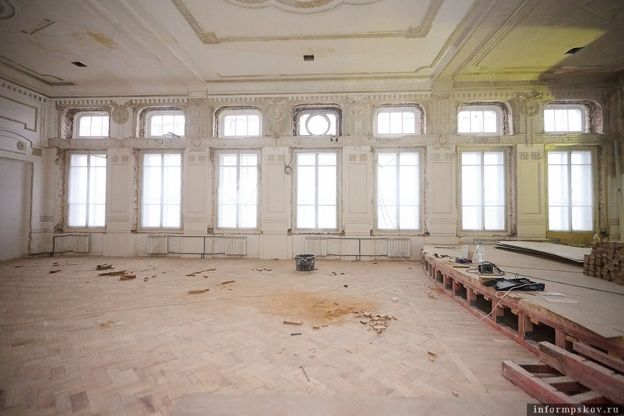 В здании школы сохранились уникальные лепнина и паркет. Фото: Дарья Хваткова.