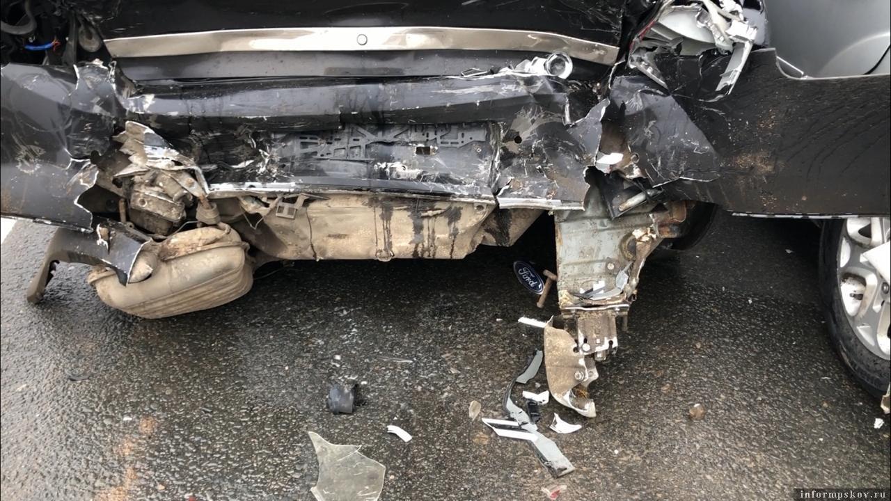 Четыре автомашины столкнулись в Подборовье 15 февраля. Фото: ПАИ.