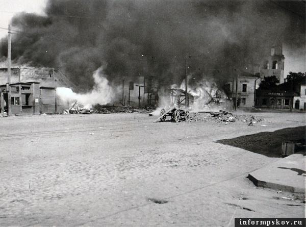 Советская (Торговая) площадь Пскова в первые дни немецкой оккупации. Фото из коллекции Михаила Туха