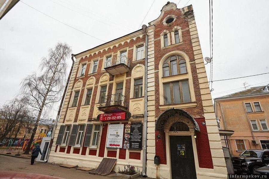 На пьющих и курящих соседей жалуются жильцы дома 30А по Октябрьскому проспекту в Пскове. Фото: Дарья Хваткова.
