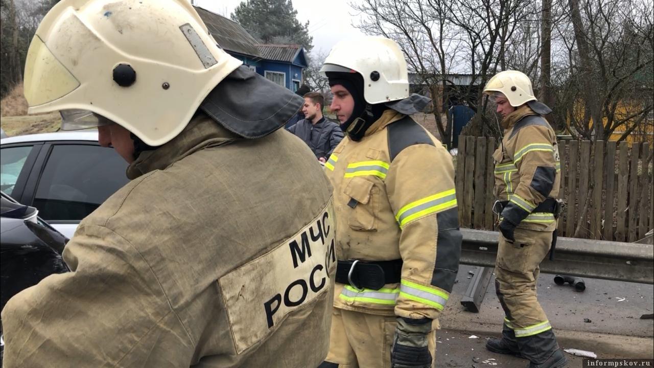 Первую помощь до прибытия медиков пострадавшим в ДТП в Подборовье оказали сотрудники МЧС. Фото: ПАИ.