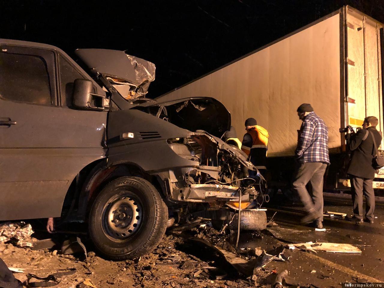 столкнулись грузовикVolvo и  микроавтобус Mercedes-Benz Sprinter.