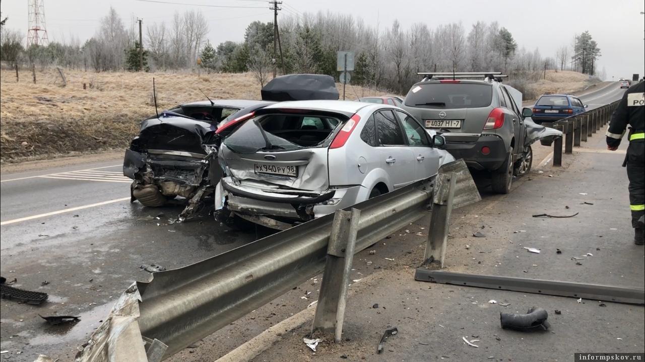 ДТП с участием четырех машин произошло на Ленинградском шоссе в Псковской области. фото: ПАИ.