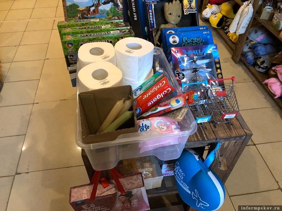 Коробка с товарами первой необходимости не помогла магазину продолжить работу. Фото: ПАИ