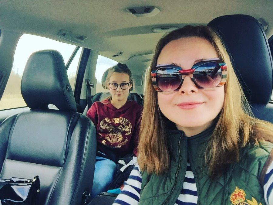 Варвара с дочерью Евдокией приехала в Псков забрать маму. Фото со страницы Варвары Пааль на Facebook