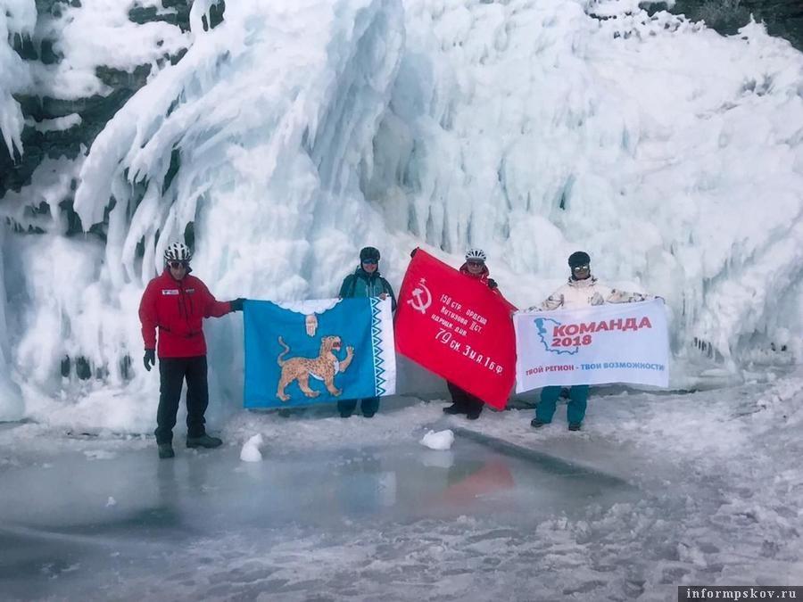 На Байкале путешественник развернул флаги Псковской  области, «Команды-2018» и знамя Победы. Фото: из личного архива Виктора Верёвкина.