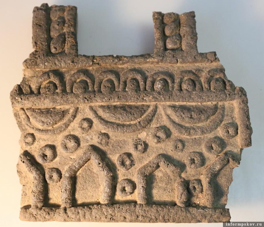 Керамический киот. Фото Археологического центра Псковской области