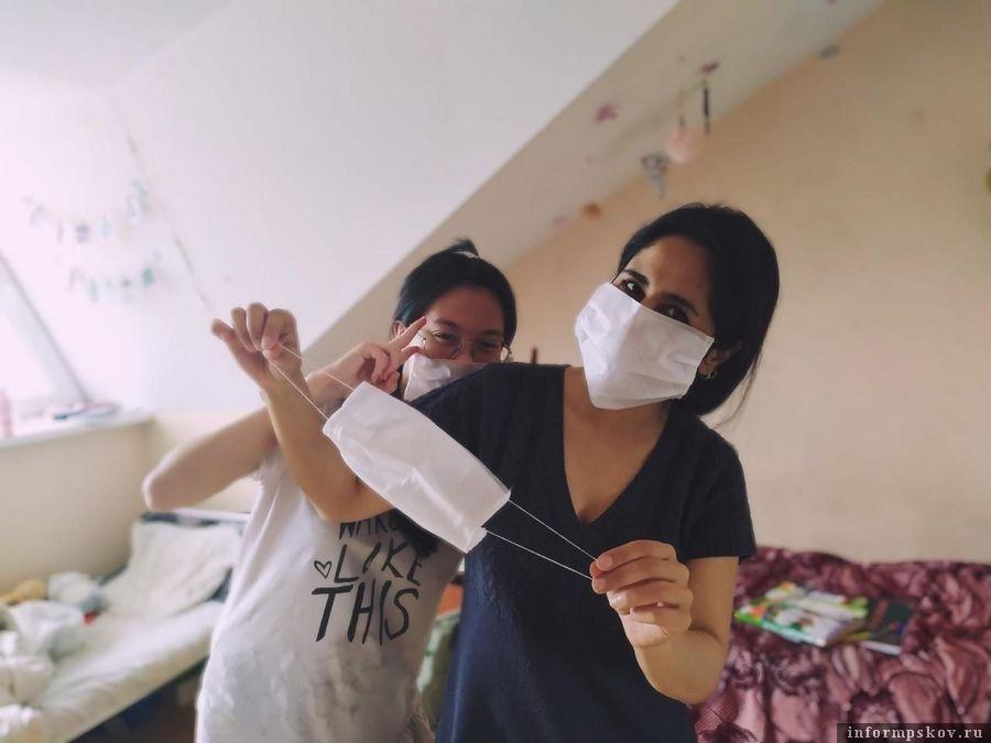 Партнеры Центра языкового тестирования передали студентам Псковского государственного университета 2000 защитных масок. Фото: пресс-служба ПсковГУ.