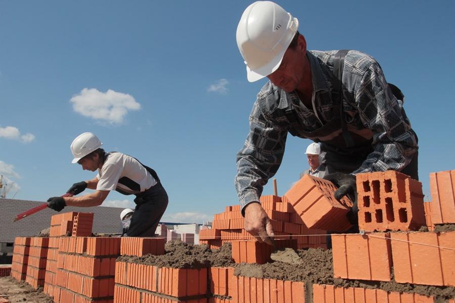 На строительство инфекционного корпуса в Новосокольниках нужны 200-250 рабочих. Фото: Андрей Степанов.