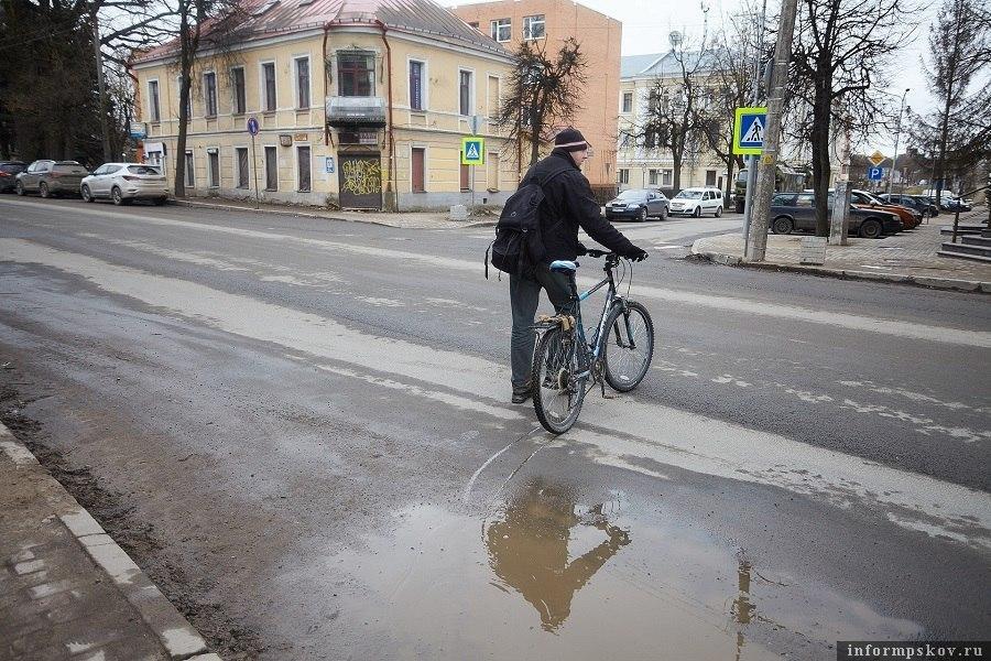 Новая разметка из термопластика появится на дорогах Пскова. Фото: Дарья Хваткова.