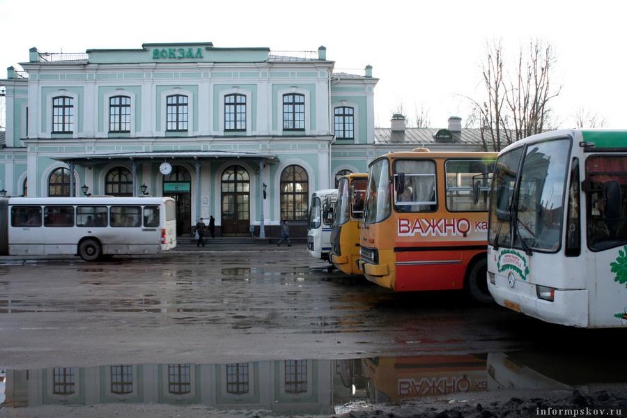 В Пскове и Великих Луках общественный транспорт работает только утром и вечером. Фото:Андрей Степанов.