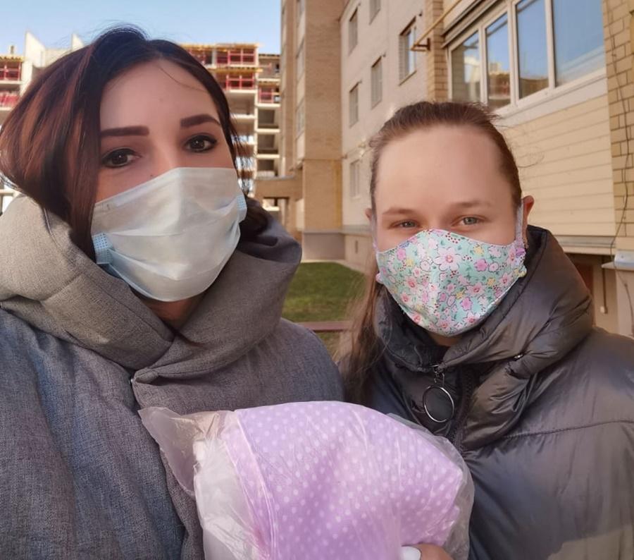 Псковичка Анастасия передала сшитые маски пресс-секретарю. Фото: пресс-служба комитета по здравоохранению Псковской области.
