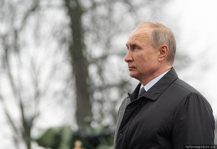 Владимир Путин почтил память бойцов 6-ой роты. ФОТО: ПАИ.