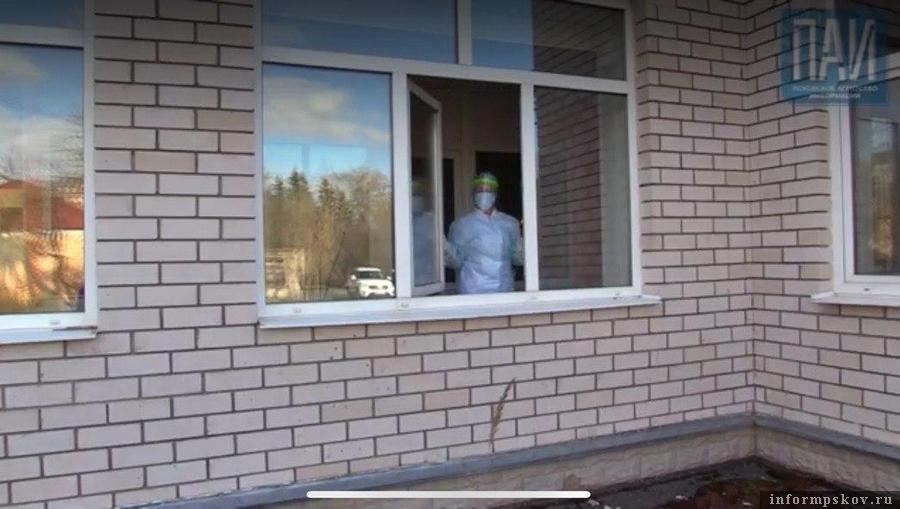 Врачи и пациенты уже несколько дней не выходят из больницы. Фото: стоп-кадр из видеорепортажа.