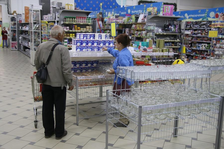 На 10 пунктов сократился список товаров первой необходимости. Фото: Михаил Глущенко