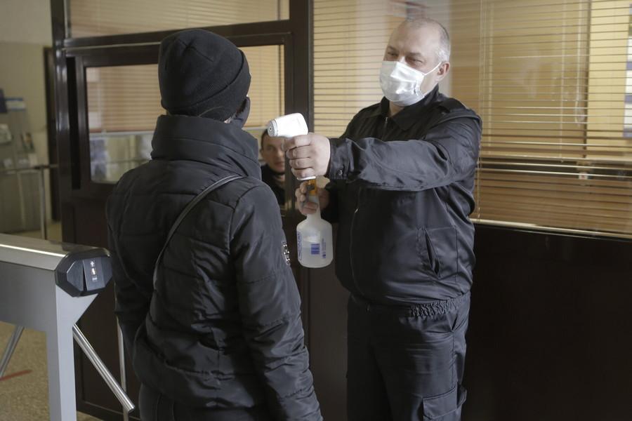 На всех предприятиях во время коронавирусной пандемии соблюдаются все требования: сотрудники носят маски, постоянно проводится уборка помещений. Фото: Андрей Степанов.